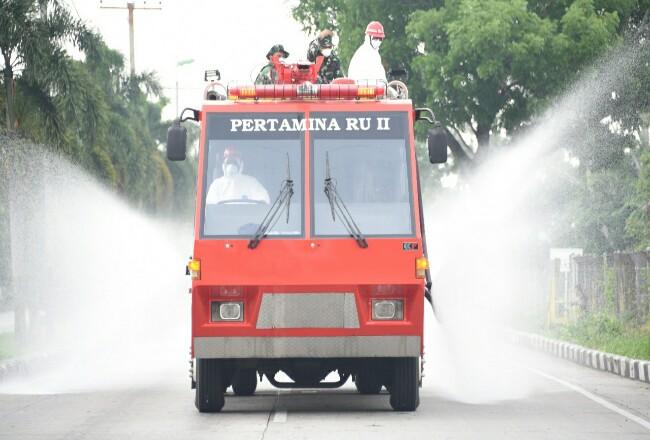 Pertamina Dumai bantu pemerintah semprot cairan disinfectant di ruas jalan untuk mencegah penyebaran virus Corona.
