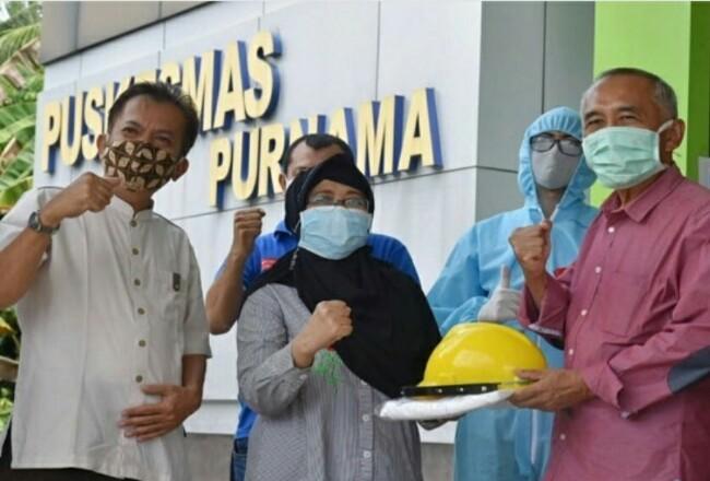 Plt Kepala Dinas Kesehatan Kota Dumai Syahrinaldi menerima bantuan APD dari AnggotaDPR RI Dapil Riau di Puskesmas Purnama.