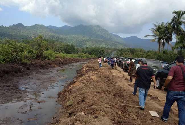 Pembangunan jalan tol Padang-Pekanbaru terkendala pembebasan tanah yang nilainya sangat rendah. Foto: Kompas