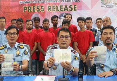 Pendeportasian WNA Bangladesh di Pekanbaru. Foto: Antara