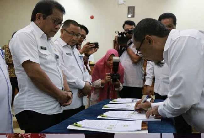 Sekdaprov Riau saat penandatanganan MoU.