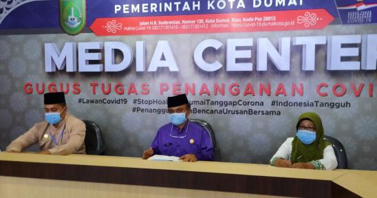 Juru bicara Gugus Tugas Covid-19 Kota Dumai dr Syaipul memimpin konferensi pers terkait perkembangan virus Corona di Dumai.