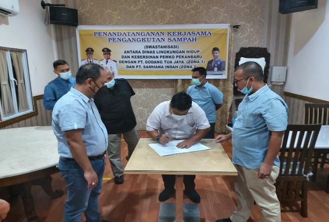 Sekdako Pekanbaru saat menghadiri penandatanganan kontrak.