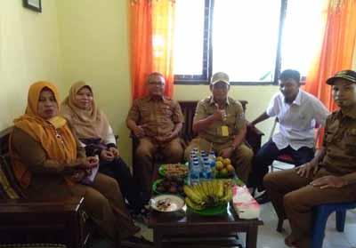Kadis Arsip dan Pustaka Pelalawan MD Rizal didampingi Kabid Perpustakaan Drs Herizal saat melakukan monitoring ke Perpusdes di Kabupaten Pelalawan, Selasa (23/7).