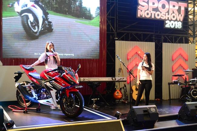 Penjelasan keunggulan produk All New Honda CBR250RR oleh MC saat gelaran Honda Sport Motoshow Pekanbaru