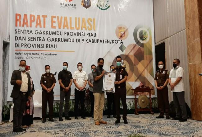 Acara penyerahan penghargaan penanganan Perkara Tindak Pidana Pilkada Se Provinsi Riau Tahun 2020 lalu yang dilangsungkan di Ball Room Hotel Aryaduta Pekanbaru.