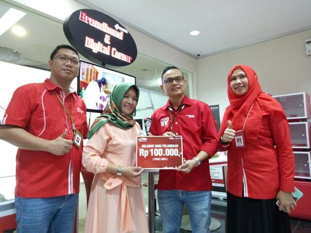 GM Sales Regional Sumbagteng Ihsan (dua kanan) bersama Rina dan Eko Atmadja, Telkomsel Branch Pekanbaru menyerahkan hadiah paket data kepada pelanggan di Hari Pelanggan Nasional