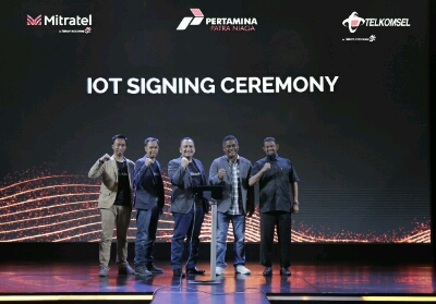 Advisor IOT New Business Development Telkomsel Eko S Prianto, GM Account Management Non-Service Segment Telkomsel Nopi Afandi, SVP Enterprise Account Management Telkomsel Dharma Simorangkir, Direktur Operasi dan Pembangunan Mitratel Theodorus Ardi Hartoko dan Fleet Management Div. Head Pertamina Patra Niaga Moch Toriq usai pendatanganan Telkomsel bekerjasama dengan Pertamina Patra Niaga dan Mitratel meluncurkan INTANK di Jakarta, (22/3).