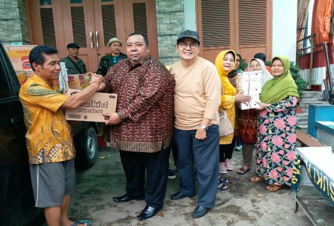 Penyerahan bantuan pada warga korban banjir.