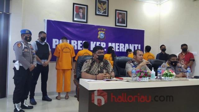 Waka Polres Kepulauan Meranti, Kompol Nipwin Bonar Hutabarat SE Ak MH saat menggelar konferensi pers, Jum