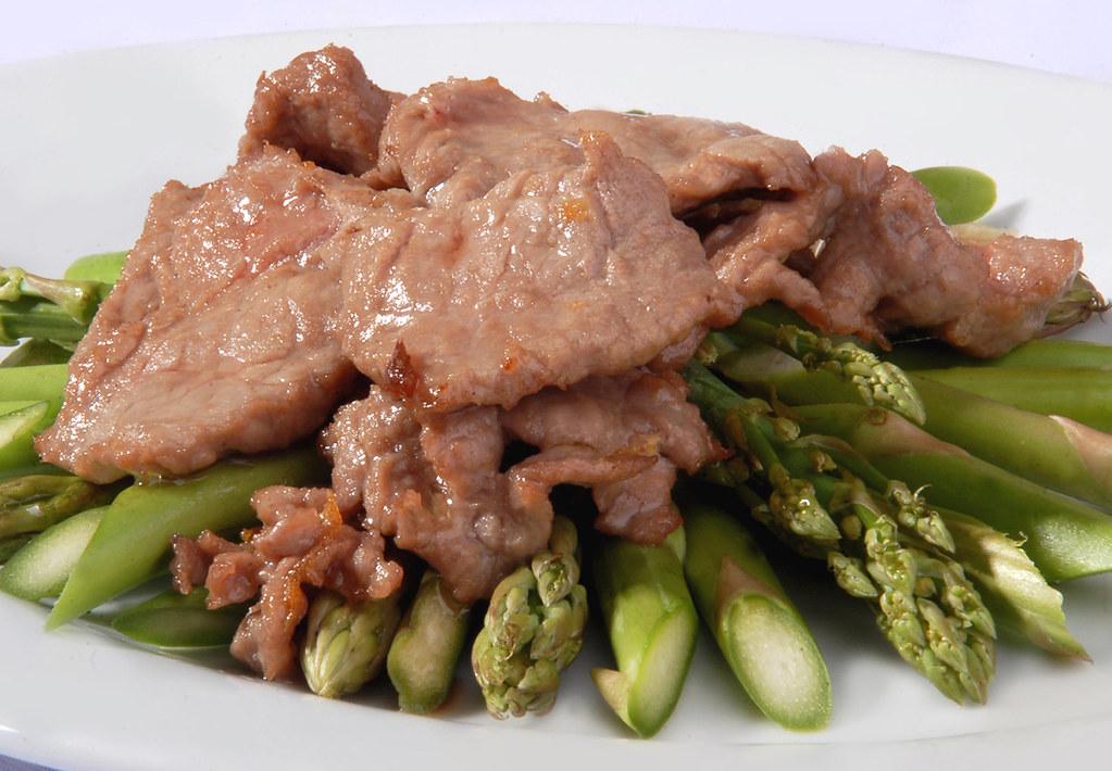 Daging dan Asparagus memiliki kandungan purin yang tinggi.