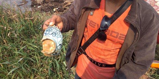 Pecahan guci temuan para pemburu harta karun Sriwijaya.