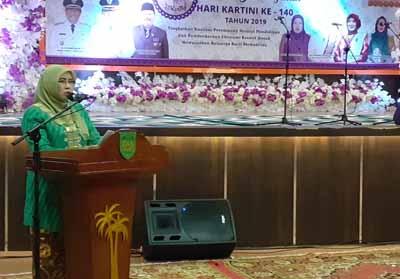 Ketua Dewan Penasehat Organisasi Wanita Indragiri Hilir Hj Zulaikha Wardan memberikan kata sambutan.