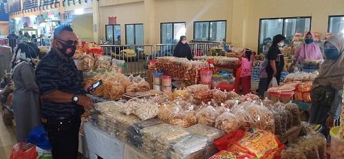 Pedagang kue di Pasar Modern Pasir Pangaraian.