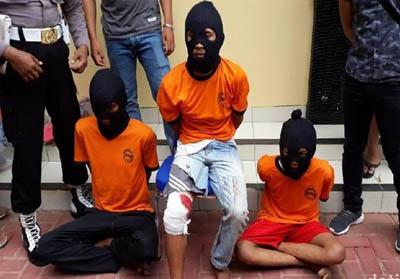 AMS alias E adalah otak pembunuhan dan pemerkosaan. Salah satu tersangka berstatus pelajar. FOTO: Detikcom.