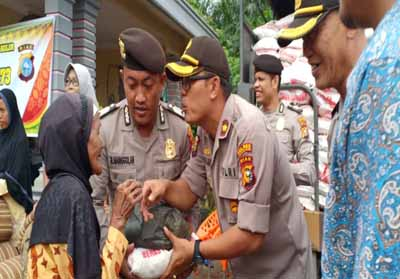Waka Polres Rohil, Kompol James Rianov Shaloom Raja Gukguk SIK menyerahkan Sembako kepada masyarakat Kecamatan Balai Jaya.