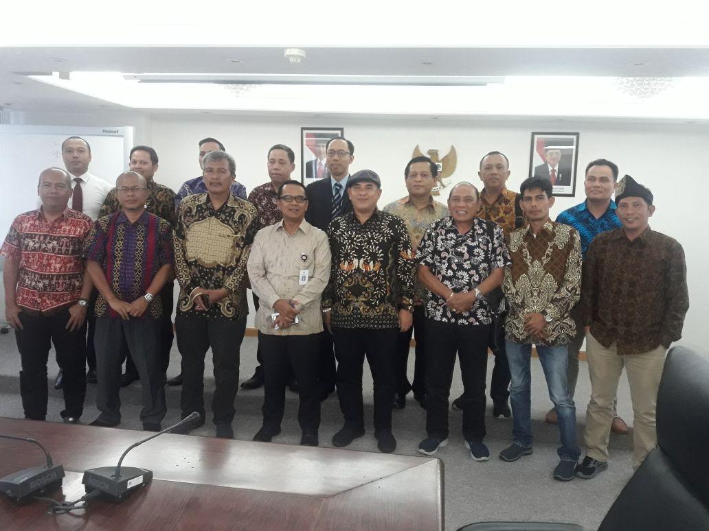10 anggota PWI Riau foto bersama Konjen KJRI Hongkong dan staff.