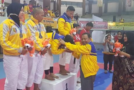 Ketua Umum KONI Riau, Emrizal Pakis menyalami atlet Riau saat podium atas medali emas yang di peroleh pada Porwil X se Sumatera 2019 di Bengkulu, Jumat (1/11/2019).