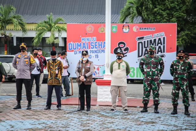 Walikota Dumai H. Zulkifli As memimpin apel pencanangan gerakan penggunaan masker di lapangan upacara kantor bersama Jalan HR Subrantas Dumai.