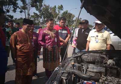 Wabup Halim didampingi Sekda Dianto Mampanini dan Kepala BPKAD Hendra, Kadis PUPR Ade Fahrer serta pejabat lainnya memeriksa kondisi mobnas.