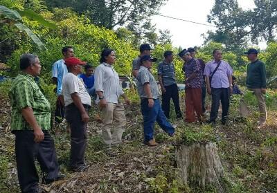 Kabid Bina Marga PUPR Jafrison didampingi Kabid SDA Febri bersama masyarakat saat meninjau lahan pembangunan jembatan gantung.