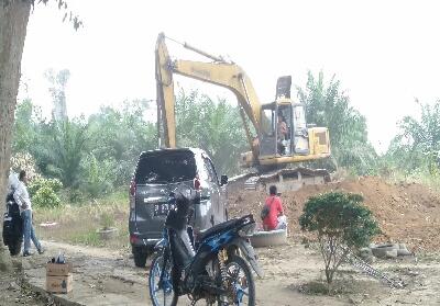 Kadisparbud Rohup Yusmar dan sejumlah pegawai lainnya, melihat prosesi kegiatan 4 item pekerjaan yang tengah dilaksanakan di kawasan makam Raja Rambah.
