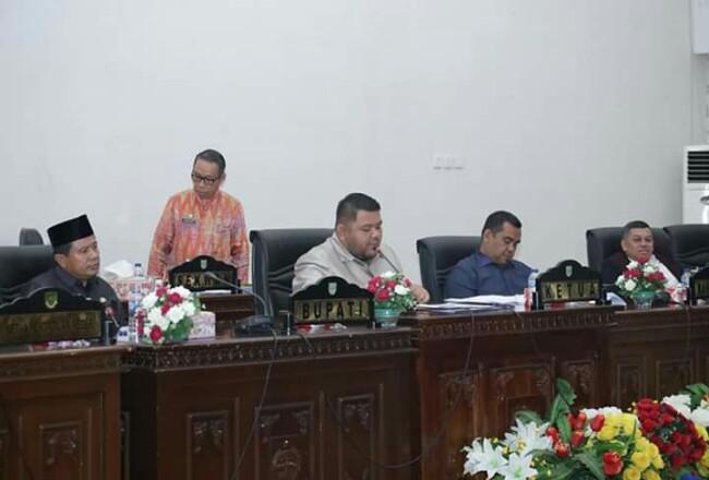 Ketua DPRD Rohul Novliwanda Ade Putra didampingi Sekda Rohul Abdul Haris, pimpinan DPRD M Syahril Topan dan Ardi Chandra, pimpin Rapat ParipurnaPendapat Akhir Fraksi, terhadap Ranperda Rencana Induk Pengembangan Kepariwisataan di Rohul periode 2017 - 2032.