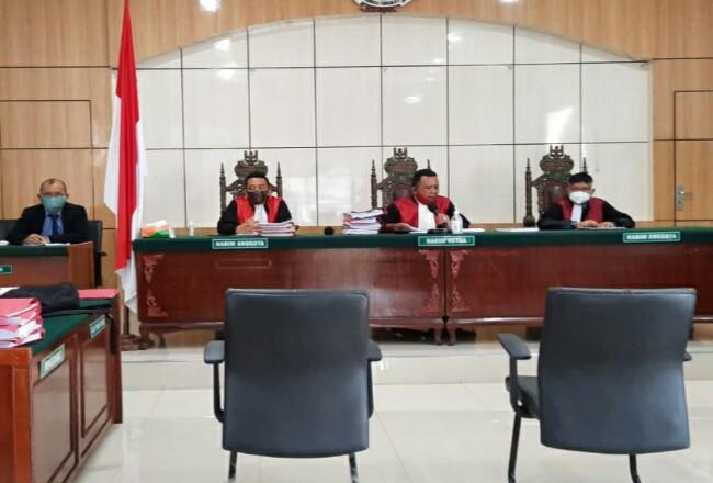 PN Kelas 1A Dumai menggelar sidang putusan terhadap empat terdakwa yang berhasil ditangkap membawa narkoba, sidang dilaksanakan secara virtual di PN Dumai.