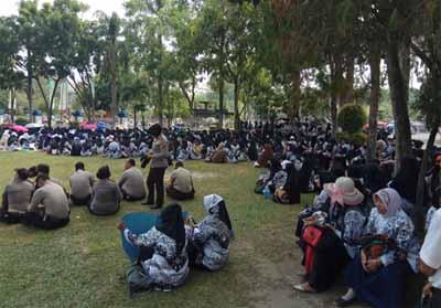 Ribuan guru sertifikasi di Kota Pekanbaru menggelar aksi demo sejak beberapa waktu lalu.