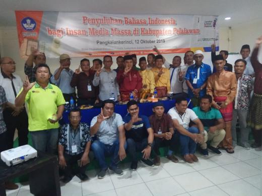 Puluhan wartawan berfoto bersama Kadiskominfo Pelalawan, Hendri Gunawan dan panelis dan usai mengikuti penyuluhan Bahasa Indonesia di Kabupaten Pelalawan, beberapa waktu lalu. FOTO: Andy Indrayanto