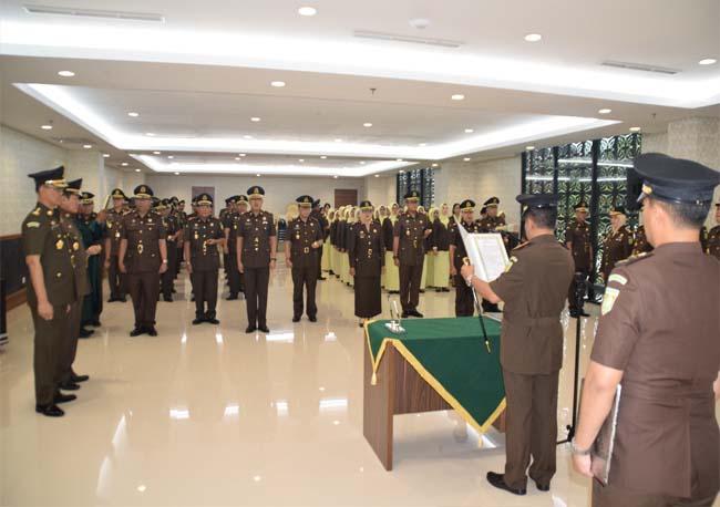 Sertijab 4 Kajari dan 1 Asintel di kantor Kejati Riau baru, Jalan Sudirman, Pekanbaru, Senin (4/11/2019).