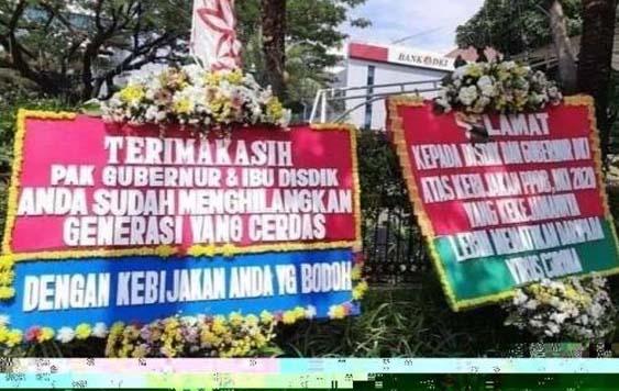 Papan bunga di depan balaikota berisi kritikan PPDB.
