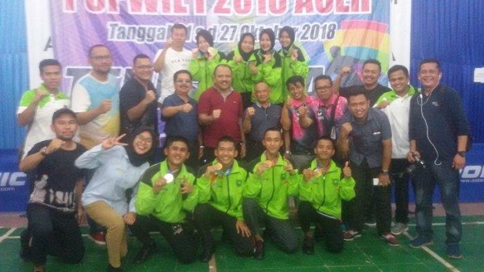 Kadispora Riau Doni Aprialdi tengah baju merah foto bersama dengan atlet tenis meja setelah raih 2 emas. Foto : Tribun Pekanbaru