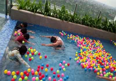 Sensasi mandi bola sambil berenang di ketinggian 70 meter di The Zuri Hotel.