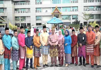 Foto bersama usai upacara peringatan HUT ke-62 Riau.