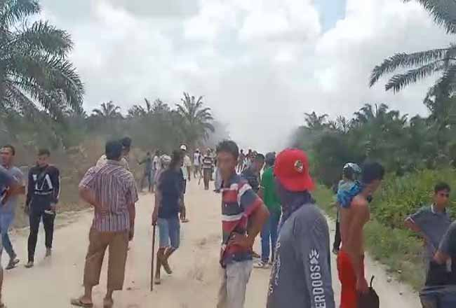 Masyarakat Desa Godai bentrok saat menghadang alat berat PT NWR.