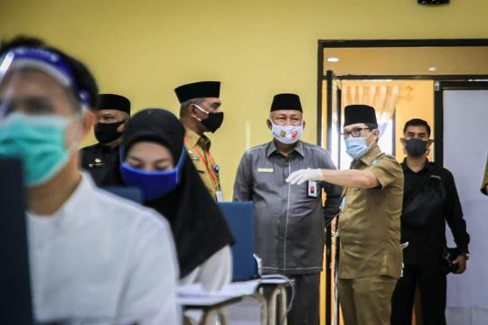 Walikota Dumai H. Zulkifli As meninjau pelaksanaan ujian SKB di Kampus STIA Lancang Kuning Kota Dumai.