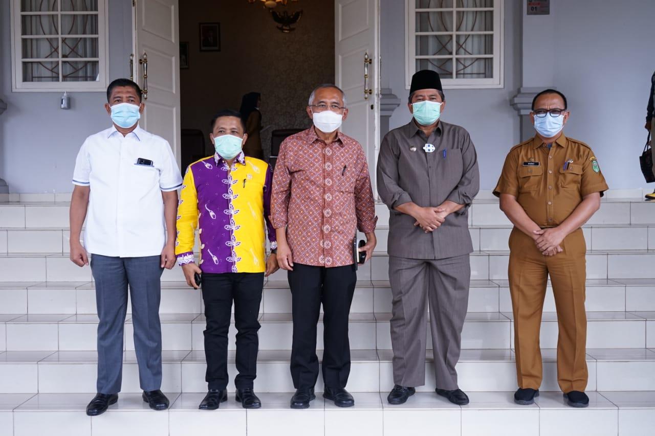 Bupati Siak Alfedri foto bersama anggota Komisi II DPR RI, H Arsyadjuliandi Rachman.