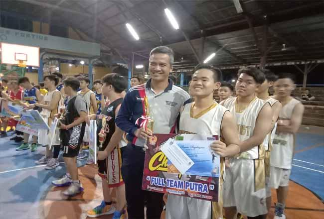 Pj Sekda rohil, HM Job Kurniawan AP MSi menyerahkan piala dan uang pembinaan kepada para pemenang Kejurkab II antar sekolah se-Rohil.