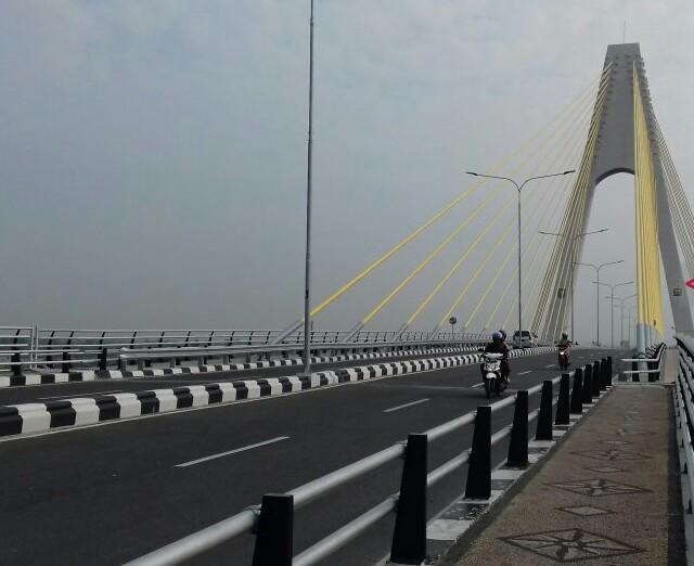 Suasana langit Pekanbaru yang diambil dari Jembatan Siak IV, Rabu (31/7) pukul 08.30 WIB. Foto: Antara
