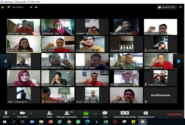 Telkomsel Regional Sumatera Bagian Tengah mengadakan bincang-bincang dengan media setempat secara virtual menggunakan layanan video conference CloudX Telkomsel.