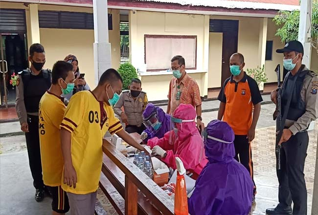 Puluhan tahanan Polsek Bangko mengikuti rapid test.