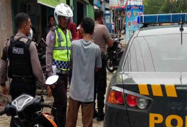 Roni diamankan polisi usai dihajar massa.