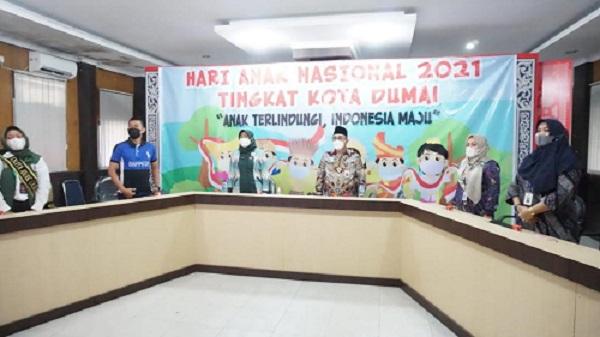 Asisten III Setda Kota Dumai Muhammad Syafie menghadiri acara penyerahan penghargaan Kota Layak Anak secara virtual di Command Centre Diskominfo.