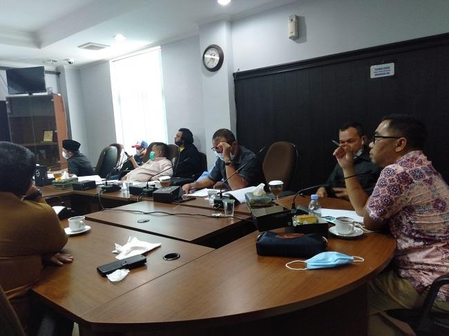 Pimpinan rapat paripurna Sahril SH didampingi dua wakil DPRD Kota Pekanbaru dan bersama Sekko Pekanbaru M Noer