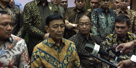 Menteri Koordinator Bidang Politik, Hukum, dan Keamanan (Menko Polhukam) Wiranto menghadiri acara silaturahmi dengan pegawainya sebelum purna tugas.