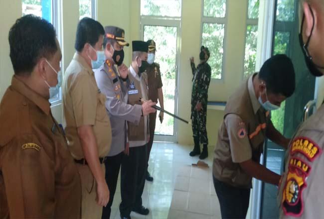 Sekda Abdul Haris bersama Kapolres dan pejabat Forkompinda, saat melihat kantor pengaduan karhutla di kompleks Kantor BPBD Rohul.