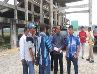 """<font size=""""2"""">Terlihat Komisi II DPRD Bengkalis  mendengarkan keterangan dari PPTK pembangunan fasilitas Road Race di Duri saat melakukan kunjungan, Kamis (19/3/2015). <b>Foto:Alfisnardo</b></font>"""