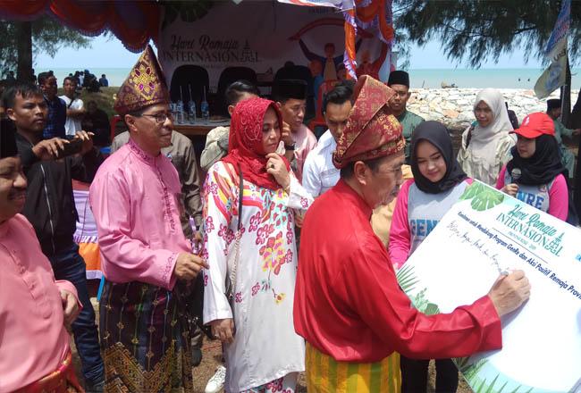 Gubernur Riau Syamsuar didampingi Istri serta Kepala Perwakilan BKKBN Provinsi Riau Agus Putro Proklamasi memberikan tandatangan sebagai komitmen pemerintah untuk mendukung program Genre dan aksi positif remaja Provinsi Riau.