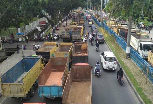 Sopir Dump Truk gelar aksi damai di depan DPRD Riau.